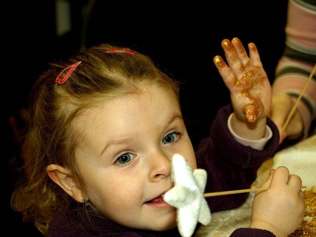 Desítky dětí si v sobotu dopoledne v sále Besedy vyzkoušely svou zručnost. Tvořivé dílny nabídly výrobu netradičních dekorací.