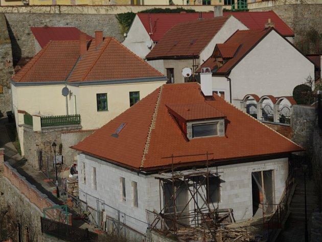 """Novostavba v místě původního domku postavená """"na ohlášku""""."""