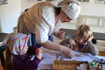 Zažít na vlastní kůži den ve venkovské chalupě mohou v těchto dnech děti z mateřských škol. Akci pro ně připravili Petrovičtí v jejich doškovici.