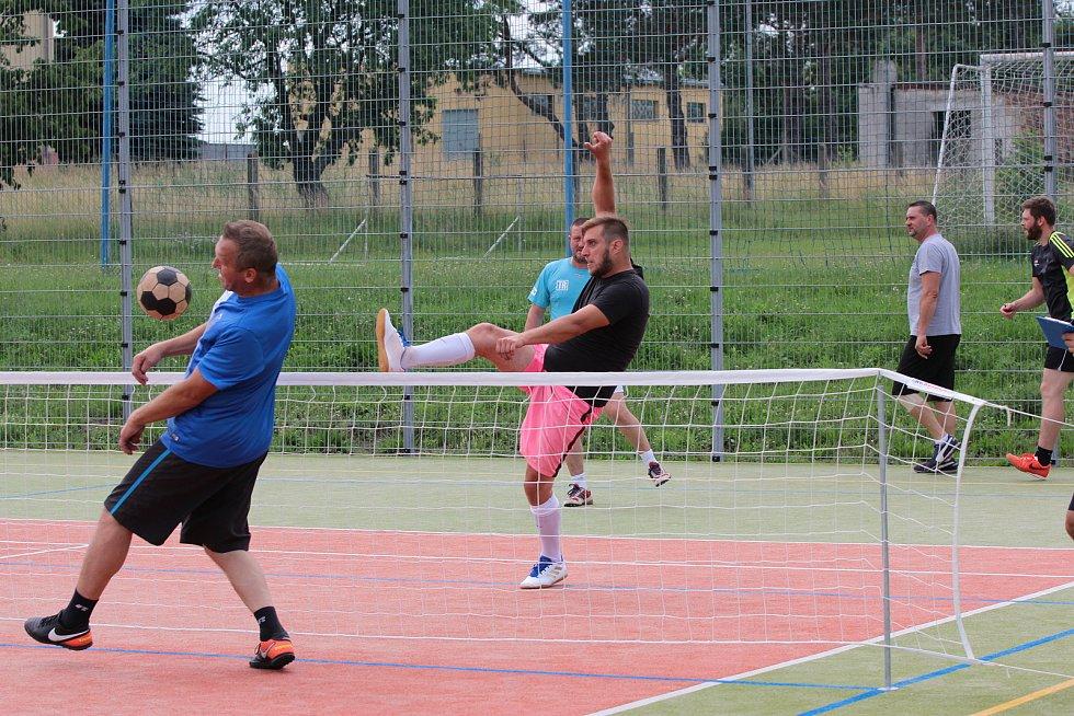 Znovuobnoveného turnaje v nohejbalu O džbán plný vína se poslední červnovou sobotu zúčastnilo v Jaroslavicích dvanáct týmů. Dorazily i tři mančafty z Brna.