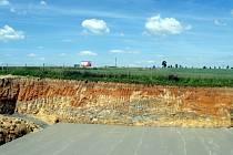 Při stavbě vodojemu u silnice ze Znojma na Jihlavu narazily lžíce bagru do vrstvy železité hmoty. Podle geologů doplní takový nález dosavadní výzkum zdejších hornin.