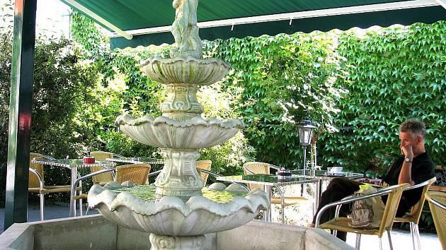 Socha ve fontáně v předzahrádce jedné ze znojemských restaurací nevydržela opilcův atak.