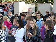 Na slavnostní otevření hradebního pásu se přišly podívat stovky lidí, především školáků.