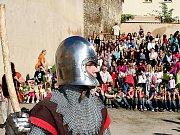 Otevření hradebního pásu doprovázelo vystoupení skupiny šermířů.