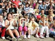 Školáci se při otevření hradebního pásu bavili.