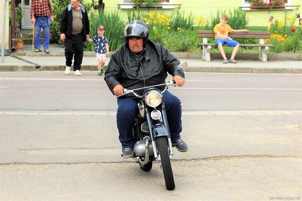 Do Dobelic se už potřetí sjeli milovníci veteránů na dvou i čtyřech kolech.