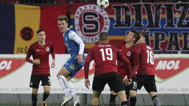 Fotbalový útočník druholigového Znojma Antonín Růsek mezi fotbalisty Sparty.