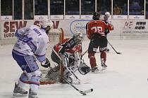 Znojemští Orli (v červeném) neuspěli ani ve druhém duelu na chomutovském ledě. Do odvety jsou s dvouzápasovým mankem