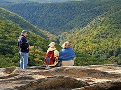 Vyhlídka (375 m.n.m.) Sealsfieldův kámen se nachází na hraně údolí, které je v těchto místech široké asi jeden kilometr a hluboké více než sto padesát metrů.