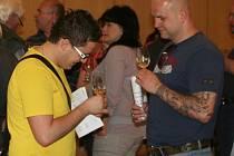 Čtyřiadvacátou výstavu vín uspořádali místní zahrádkáři v kulturním domě. Vinaři dodali téměř tři sta padesát vzorků.