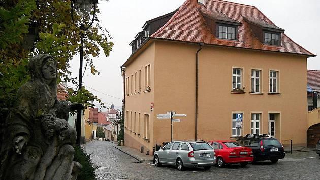 1,02 MILIONU. Dům na Mikulášském náměstí koupil v dubnu roku 2006 podnikatel Radim Novotný za milion a dvacet tisíc korun. Objekt kompletně opravil, vybudoval i podkrovní byty.
