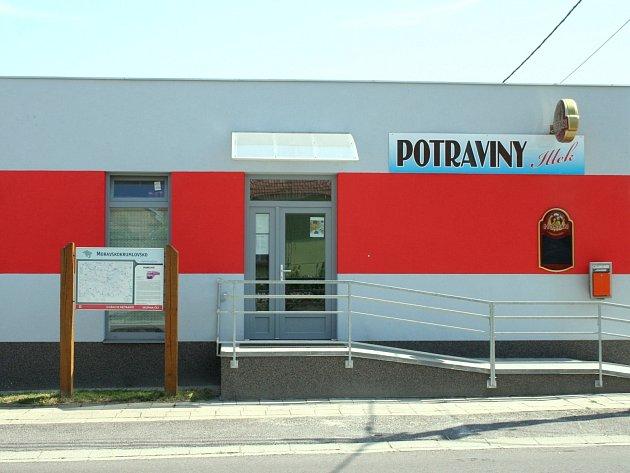 Nová prodejna je přímo na návsi, vedle hlavní silnice ve směru na Rybníky.