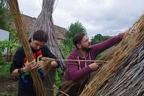 Studenti se letos na hradišťském výzkumu zatím věnují doplňkovým pracím v zázemí expedice.