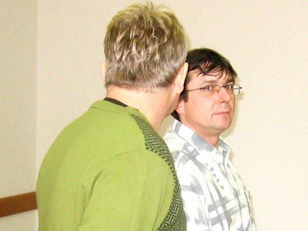 Květoslav Malý (zády) a Emil Swoboda před soudem