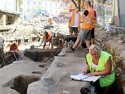 Základy raně románské obranné věže odhalili v Hradební ulici nedaleko rotundy svaté Kateřiny archeologové ve Znojmě.