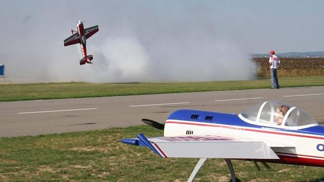 Evropský šampionát v extrémním létání obřích modelů vrcholí
