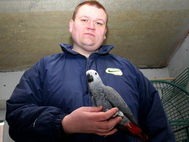 Chovatel Miloslav Vošický s papouškem žako