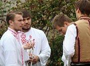 Ve znojemské Kapucínské zahradě za Vlkovou věží zahrály první květnový den kapely Lučanka a Amatéři z Dobšic.