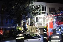 Ve středu krátce po 22. hodině vyjížděly tři jednotky k požáru rodinného domu ve Znojmě. Plameny se šířily v prvním patře domu.