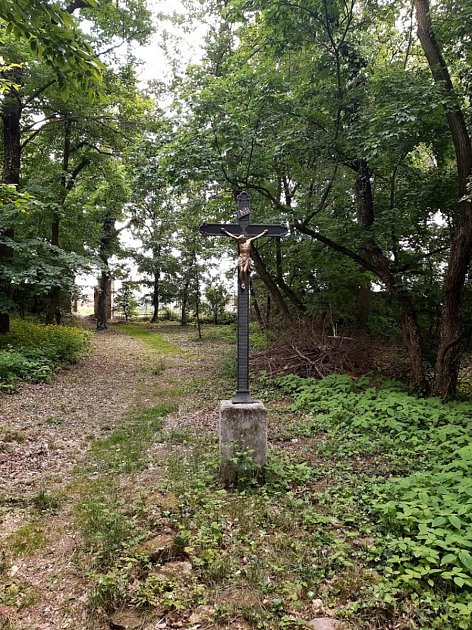 Kříž litinový vparku za Novým zámkem upěšinky ke kompostárně.