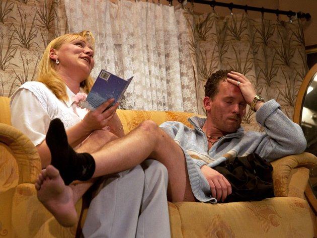 Vašek a Naďa Ostrovští v předpremiéře nové divadelní hry Přes přísný zákaz dotýká se sněhu.