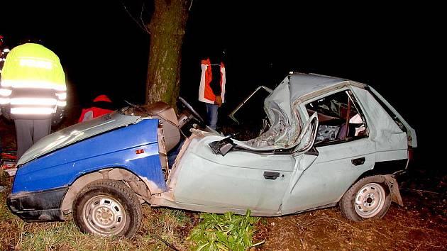 Ve zdemolovaném Favoritu zemřel mladý řidič.