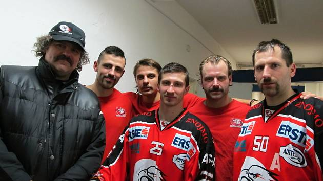 Znojemští hokejisté si nechali narůst knír, bojovali tak proti rakovině.