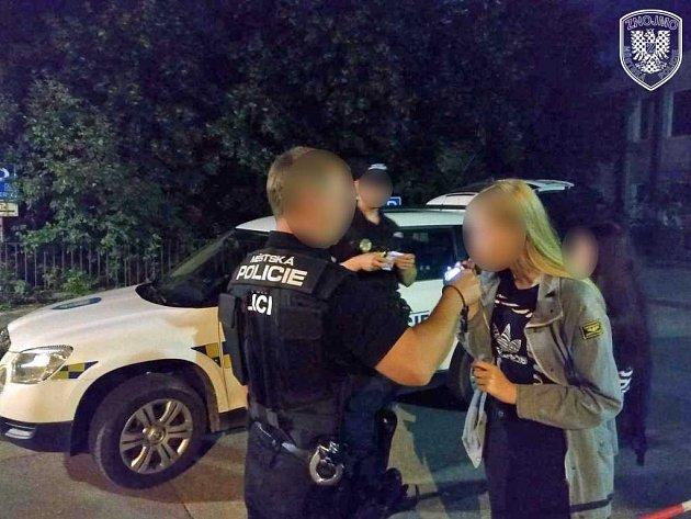 Dvojici patnáctiletých kamarádek, které ležely na chodníku u bývalé nemocnice na Vídeňské třídě, našli minulý pátek po půlnoci znojemští strážníci.
