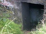 Malý bunkr u Šatova, takzvaný řopík, v němž v neděli uhořel bezdomovec.