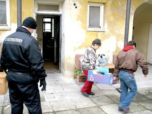 Strážníci asistovali u vystěhování neplatiče