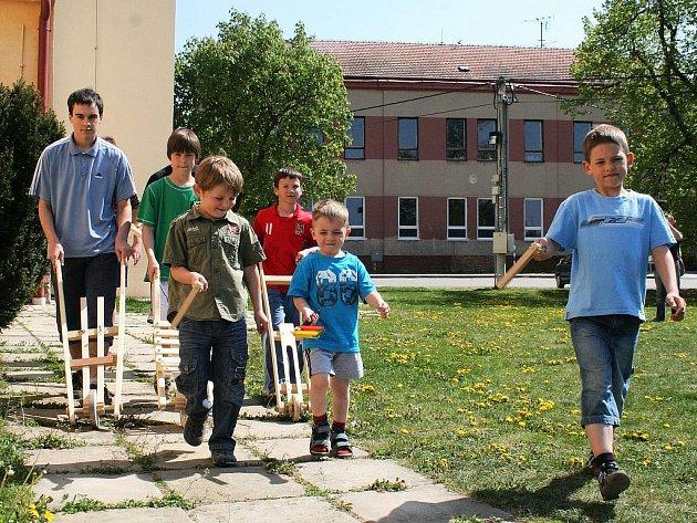K tradičními velkopátečnímu hrkání se sešli v poledne i kluci ve Vrbovci.