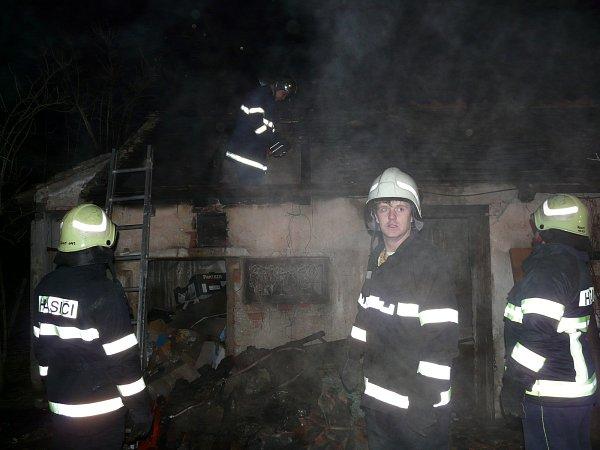 Vneděli kolem třetí hodiny ranní hořel přístřešek rodinného domu, chytil také půdní prostor nad domem ovelikosti tři krát pět metrů. Hasiči požár zlikvidovali během necelé hodiny.