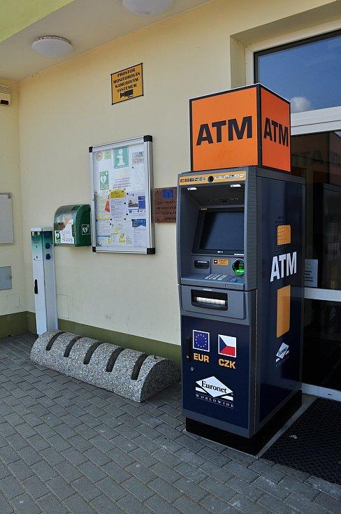 Bankomat na náměstí v Hevlíně