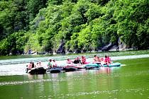 Hned pět lodí proplulo včera celým Národním parkem Podyjí, kde jinak pro vodáky platí přísný zákaz plavby.