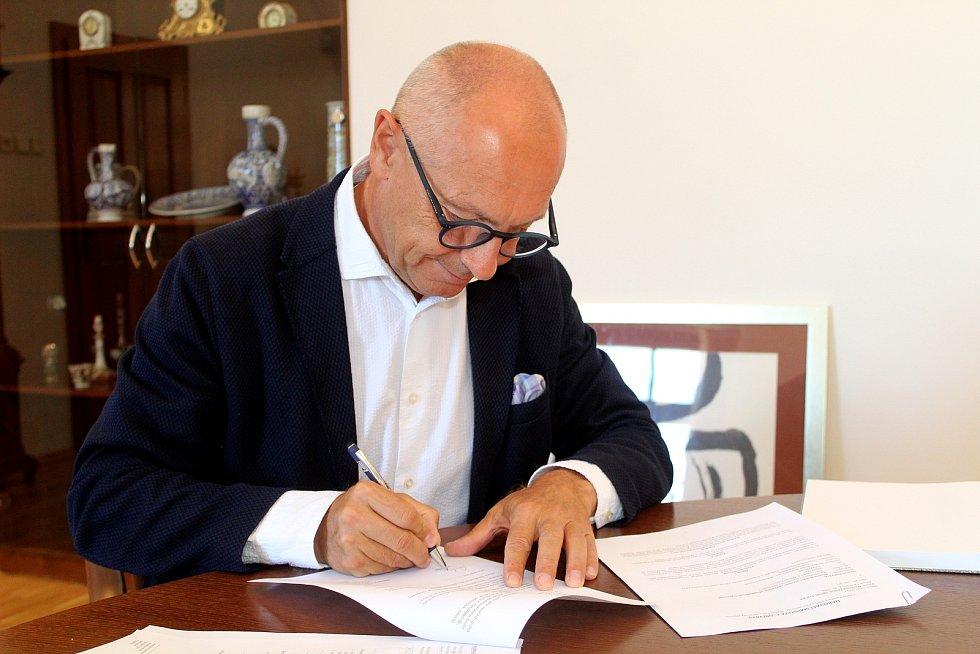 Velvyslanec Libor Sečka při podpisu darovací smlouvy v Jihomoravském muzeu ve Znojmě.