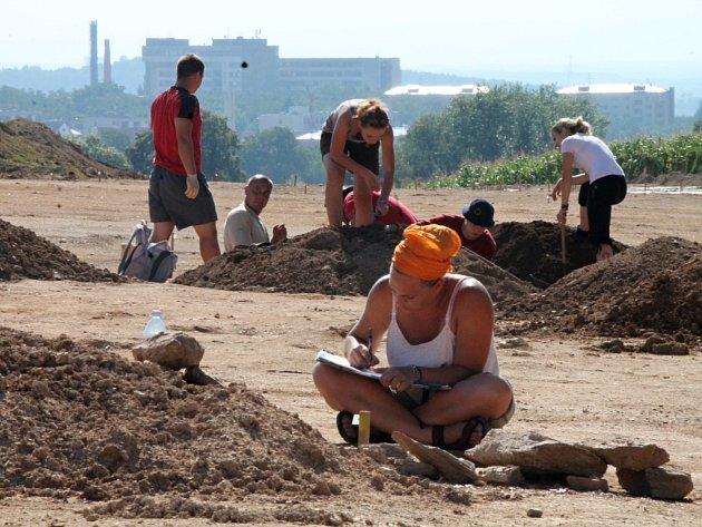 Záchranný archeologický průzkum vedou v těchto dnech lidé pod vedením šéfa znojemské pobočky Ústavu archeologické památkové péče, archeologa Davida Humpoly.