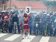 Sraz majitelů mopedů Stadion a vyjížďka po Znojemsku.