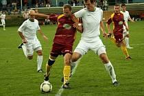 Jediný střelec Zdeněk Doležal (na snímku uprostřed v tmavém dresu) se snaží prodrat bohunickým obranným valem.