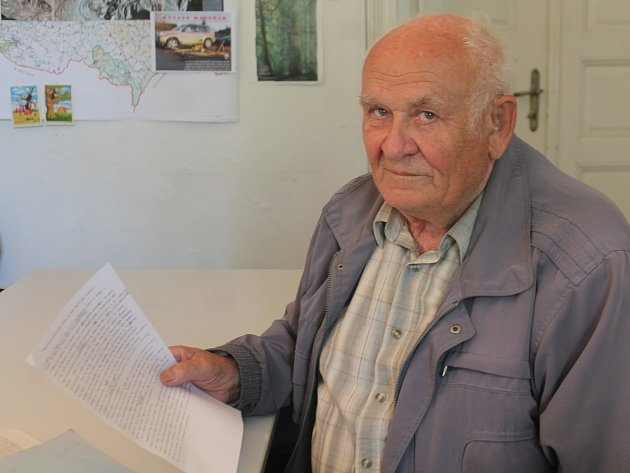 Sedmasedmdesátiletý důchodce Stanislav Novotný upozornil úředníky na nelegální kácení akátů.