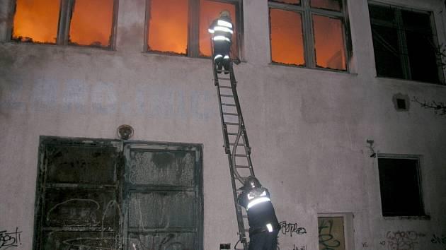 Požár skladu obuvi společnosti Numero Uno ve Znojmě.
