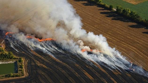Požár strniště u Nového Šaldorfu.