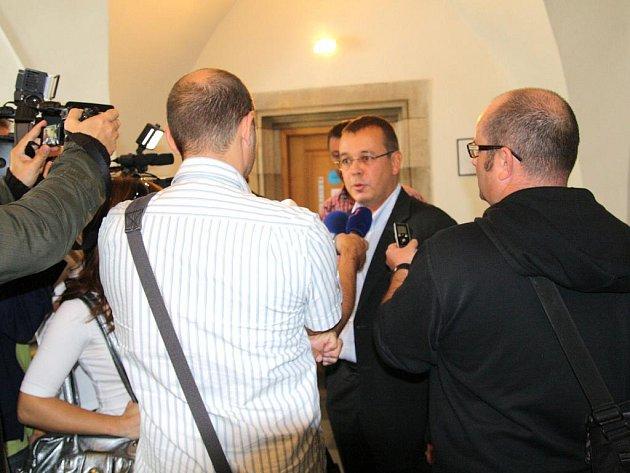 Starosta Petr Nezveda s novináři.