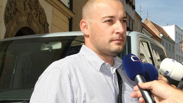 Zástupce břeclavského státního zastupitelství Tomáš Foldyna s novináři.