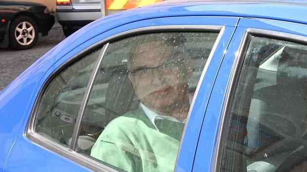 Policisté odvážejí tajemníka znojemské radnice Vladimíra Krejčíře.