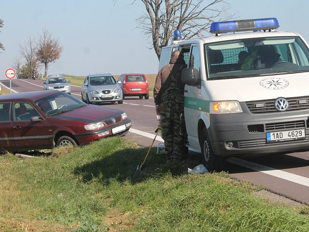 Nejzávažnější se stala na silnici I/53 u Miroslavi, kde jeden člověk utrpěl zranění. jedno z aut skončilo v poli desítky metrů od silnice.