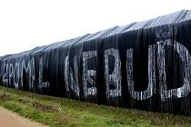 Neznámý člověk či lidé vytvořili nápisy na plachtách zakrývající stohy nedaleko místa traciké nehody u Pavlic, při které zahynulo pět lidí včetně teprve čtyřměsíčního chlapečka a jeho matky.