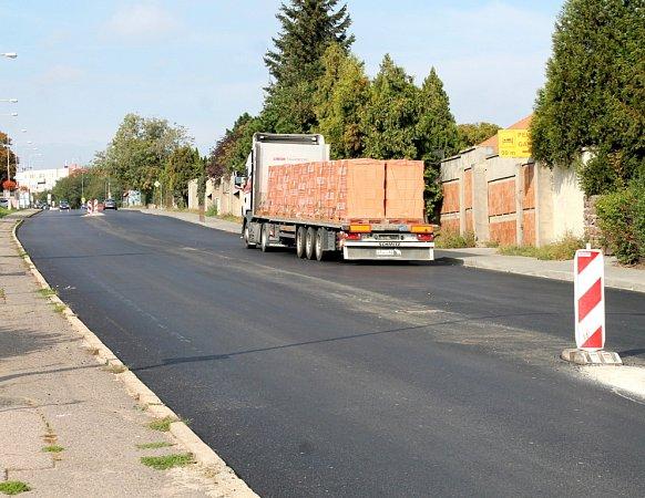Na rozdíl od jiných silnic, kde řidiči na Znojemsku úpí a ničí si podvozky aut, dostala vtěchto dnech nový, hladký asfaltový povrch ulice Suchohrdelská.