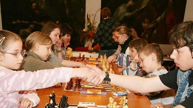 Třídenní Mezinárodní šachový festival začal ve znojemském Louckém klášteře předkolem Grand prix České republiky v šachu mládeže do osmnácti let.