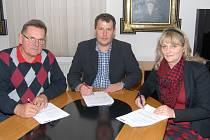 Znojemský zastupitel Jan Kárník (zleva), starosta Vlastimil Gabrhel (ČSSD) a brzy bývalá místostarostka Olga Štefaniková (ANO).
