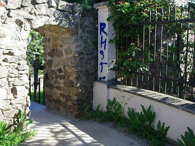 Zatím neznámí sprejeři načmárali nápisy na průchod znojemskými hradbami z náměstí Svobody ke kostelu sv. Michala.